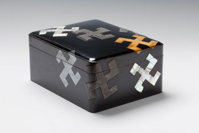 scatola-lacca-nera-svastica